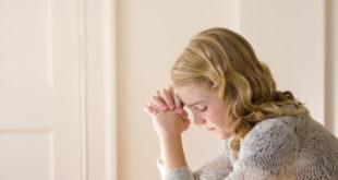 mujer joven orando