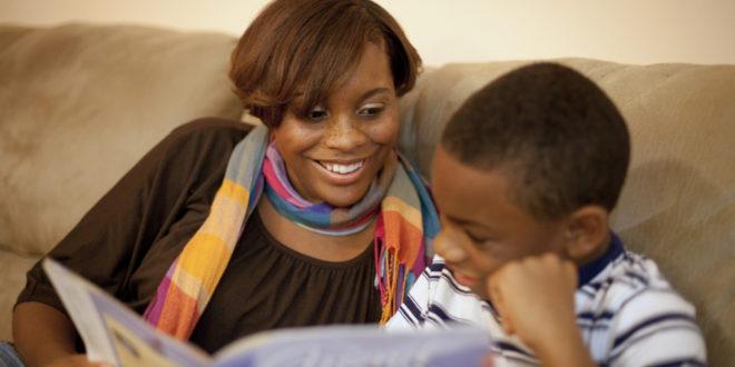 madre hijo enseñanza lectura hogar maternidad